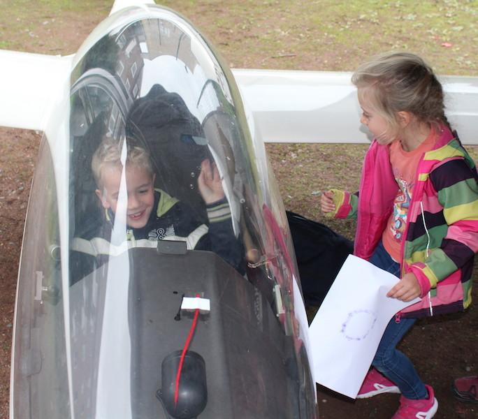 Oh toll, ein echtes Segelflugzeug auf dem Schulhof!
